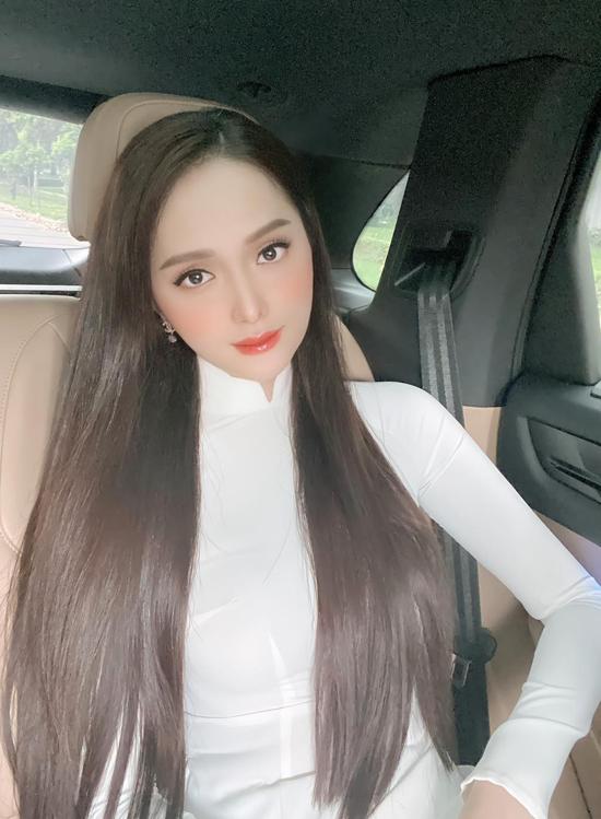 Mới đây cô khoe ảnh diện áo dài trắng, nét mặt buồn man mác. Các fan của Hoa hậu chuyển giới tỏ ra tiếc nuối khi không được thấy người đẹp xuất hiện ở chung kết Hoa hậu Việt Nam hôm 20/11.