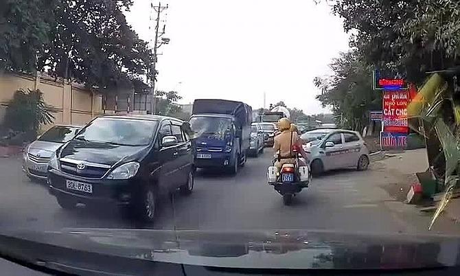 Lấn làn để thoát ùn tắc, taxi bị CSGT xử phạt