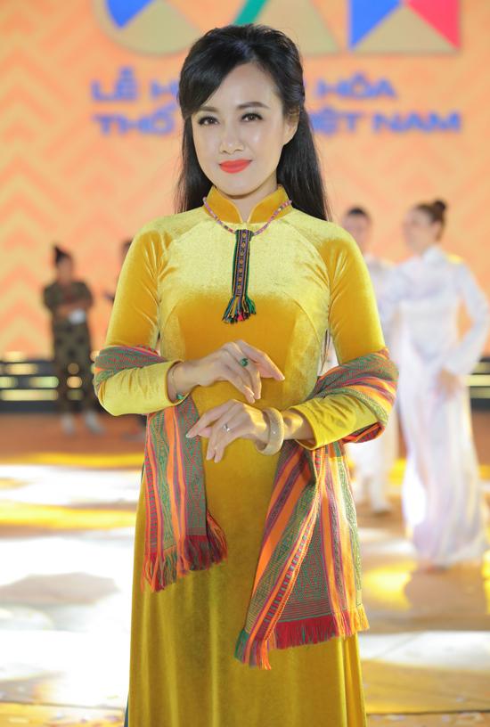 Biên tập viên Hoài Anh được nhiều khán giả yêu mến qua các bản tin Thời sự trên sóng VTV. Cô mặc áo dài kết hợp phụ kiện khăn choàng, vòng cổ họa tiết thổ cẩm dự sự kiện ở Đắk Nông.