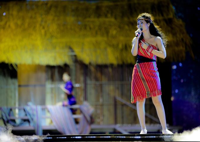 Ca sĩ Võ Hạ Trâm hóa cô gái người dân tộc biểu diễn trên sân khấu Đắk Nông.