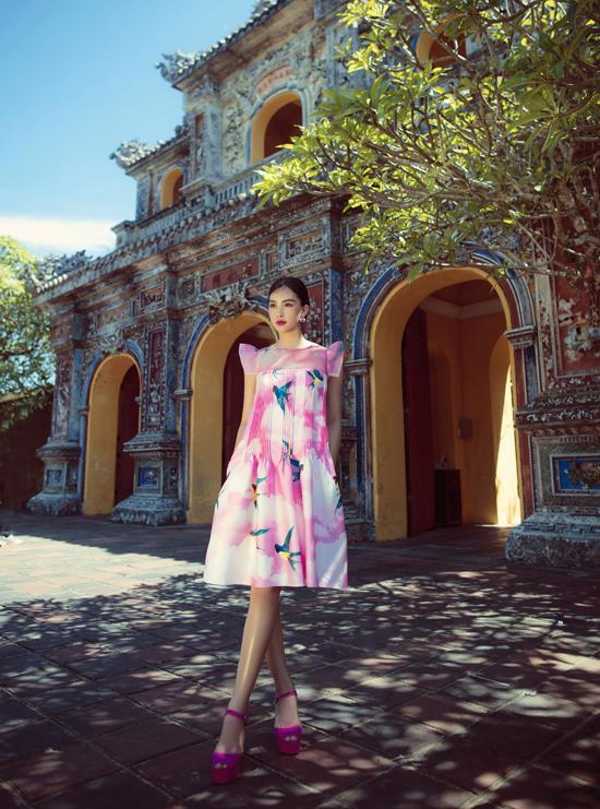 Khác với sắc mây vàng, mây xanh được bộ đôi lăng xê, họa tiết chim én lần này được hai nhà thiết kế Vũ Ngọc và Son lăng xê qua sắc mây hồng rực rỡ chụp tại Huế.
