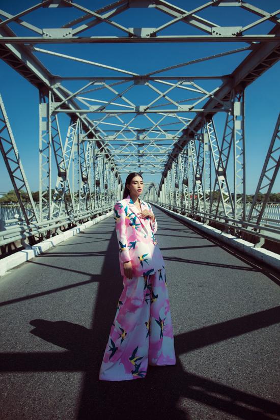 Ý tưởng dùng ngôn ngữ thời trang để quảng bá văn hoá con người xứ Huế của Vũ Ngọc và Son được thể hiện kỳ công qua bộ ảnh của Tiểu Vy.
