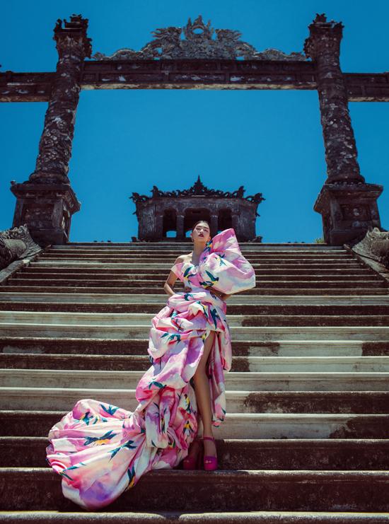 Hoa hậu Tiểu Vy thả dáng trong bộ váy nơ bản to trên 127 bậc thang tại lăng Khải Định.