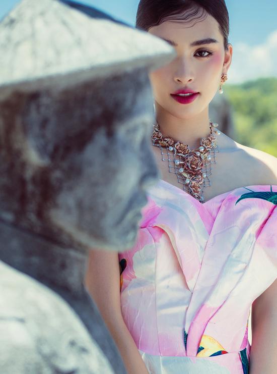 Bộ ảnh được thực hiện với sự hỗ trợ của art directior Thanh Trúc Trương, nhiếp ảnh Tang Tang, trang điểm và làm tóc Xi Quân Lê.