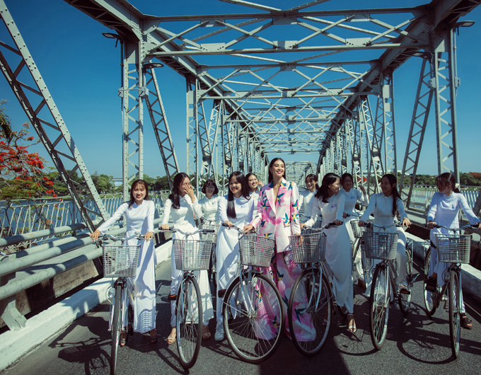 Toàn bộ êkíp đội nắng giữa trưa để hoàn thành shoot ảnh đặc biệt trên cây cầu gắn liền với lịch sử hình thành và phát triển của TP Huế.