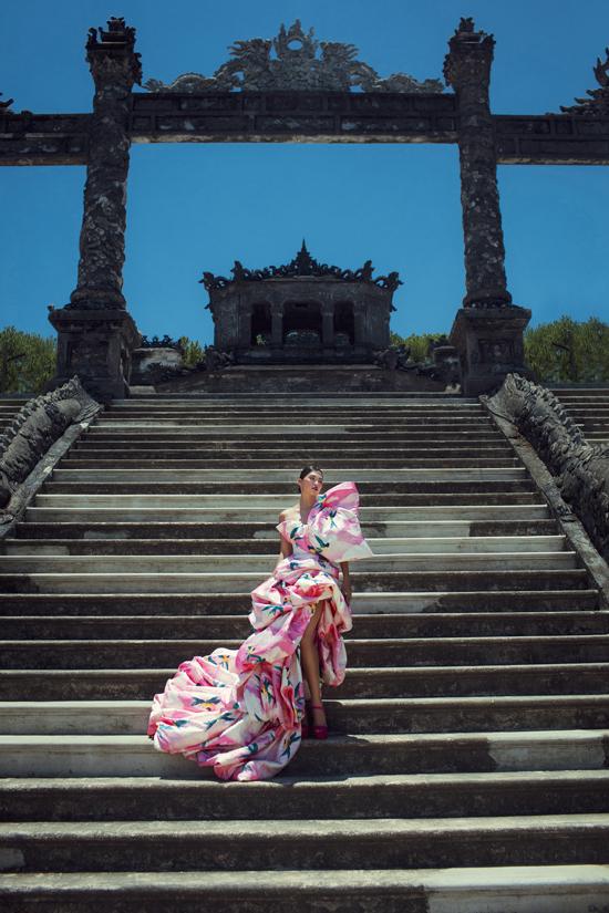Váy dạ hội với phom dáng oversize với phông dáng cắt lớp xếp tầng được chụp hình tại không gian linh thiêng và lịch sử của lăng Khải Định.
