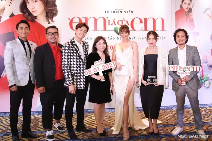 Đạo diễn Lê Thiện Viễn (bìa phải), nhà sản xuất Lý Minh Thắng (thứ hai từ trái qua) bên dàn diễn viên chính.
