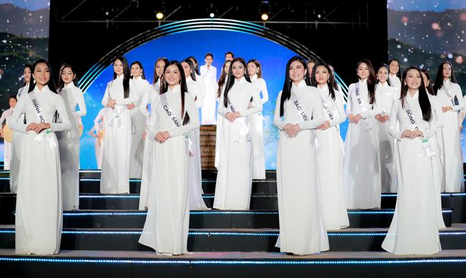 Top 30 thí sinh Hoa hậu du lịch Việt Nam 2020 diện áo dài trắng xuất hiện trong phần cuối chương trình. Ban tổ chức cho biết ban đầu có 32 cô gái được vào bán kết nhưng sau đó 2 thí sinh xin rút lui vì lý do gia đình nên hiện còn 30 nhan sắc tiếp tục tranh tài.