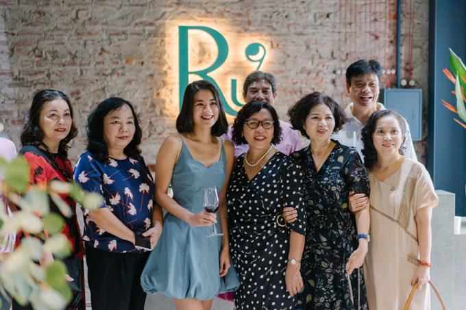 Trang cùng người thân trong lễ khai trương không gian trải nghiệm Ru9 ở Hà Nội hồi đầu tháng 11.
