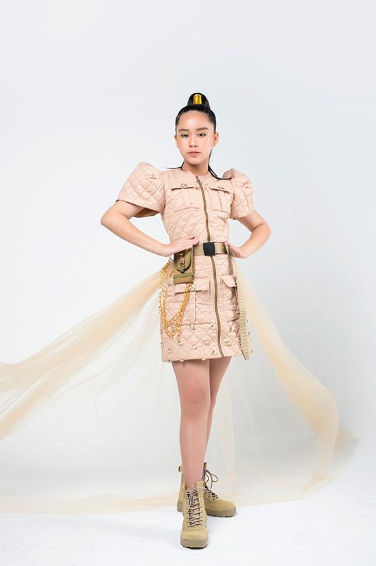 Mẫu nhí Bella Vũ khoe vẻ tự tin với mẫu đầm khỏe khoắn, năng động. Bộ sưu tập này khác hẳn những thiết kế điệu đà của Thảo Nguyễn trước đây.