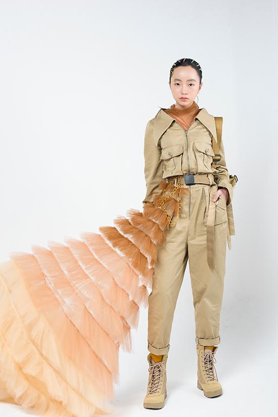 Chất liệu kaki, những đường nét quen thuộc của phong cách quân đội được nhà thiết kế khéo léo đưa vào bộ trang phục trẻ em do mẫu nhí Huỳnh Phương Anh thể hiện.