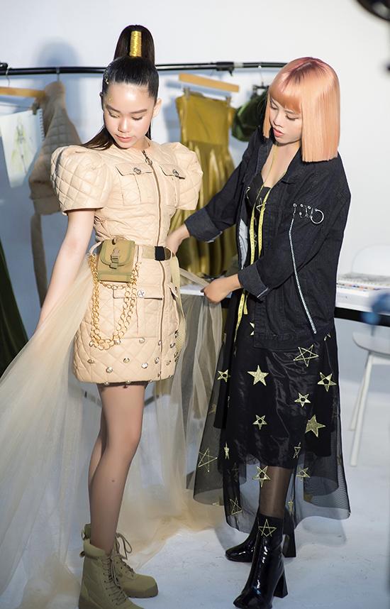 Thảo Nguyễn cho biết, cô kết hợp sự mạnh mẽ của phong cách quân đội và vẻ ngọt ngào của những chiếc đầm công chúa trong bộ sưu tập mới. Các chất liệu được cô sử dụng là phao chần, kaki, voan tơ lưới, organza và metalic...