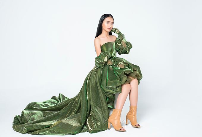 Trong khi đó, mẫu nhí Nguyễn Quỳnh Vân Anh lại chọn chiếc đầm dáng mullet thướt tha màu xanh bộ đội.