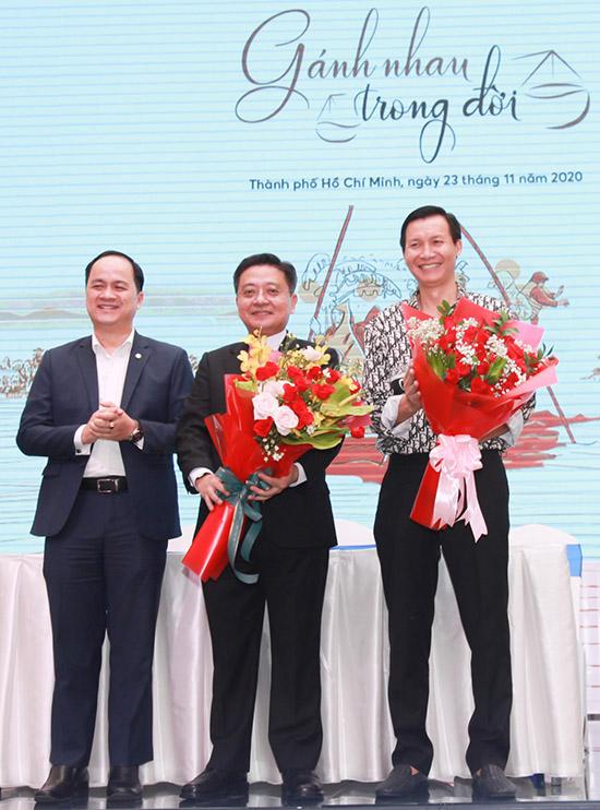 Đạo diễn Vũ Thành Vinh (ngoài cùng bên phải) và các thành viên ban tổ chức đêm Gánh nhau trong đời tại buổi họp báo công bố chương trình ở TP HCM.