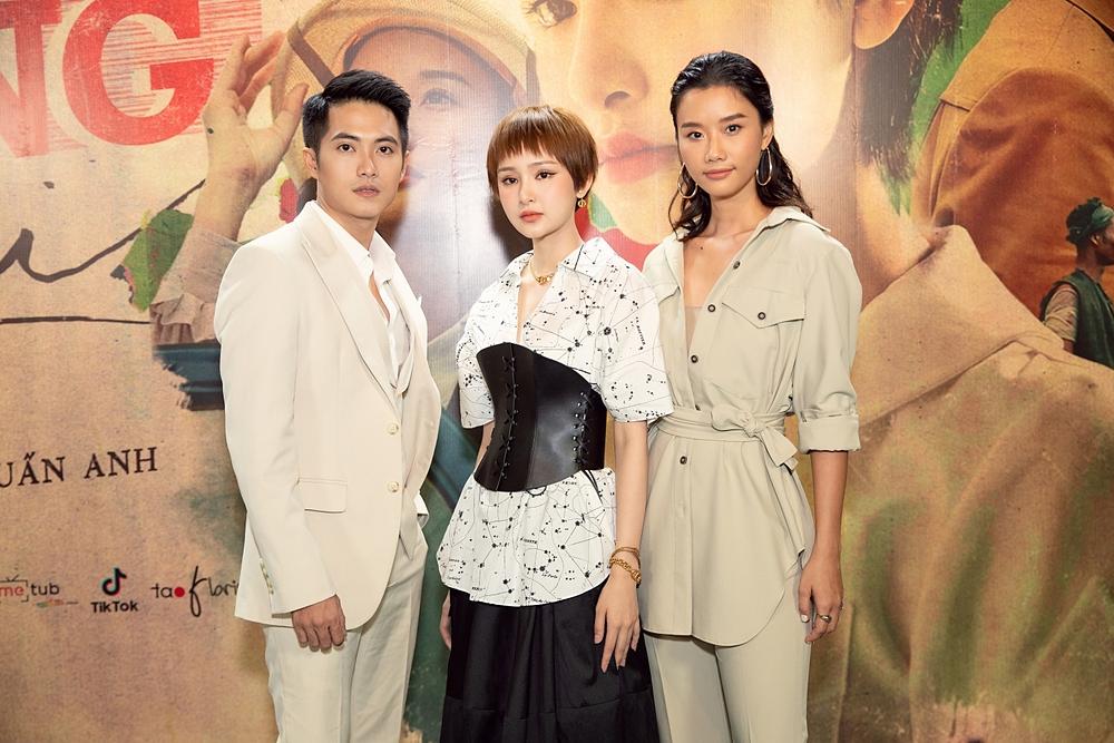 Hai diễn viên Thừa Tuấn Anh và Cát Tiên (phải) tham gia MV mới của Hiền Hồ.