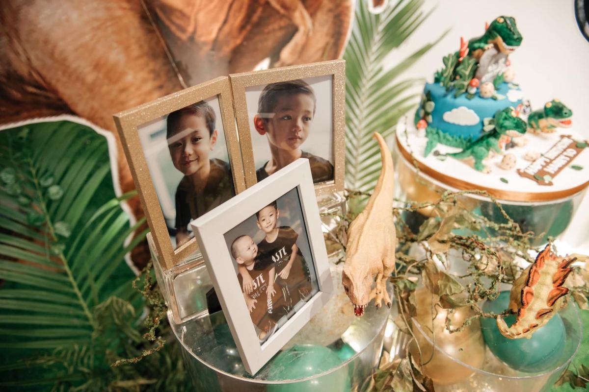 Nhiều hình ảnh của Gia Hy và em trai được trưng bày.