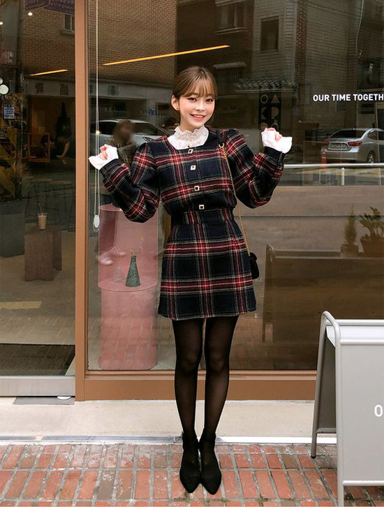 Set đồ ngày se lạnh cho bạn gái chuộng họa tiết ca rô, váy vải dạ kết hợp hài hòa với áo tay loe mang lại nét đáng yêu cho người mặc.