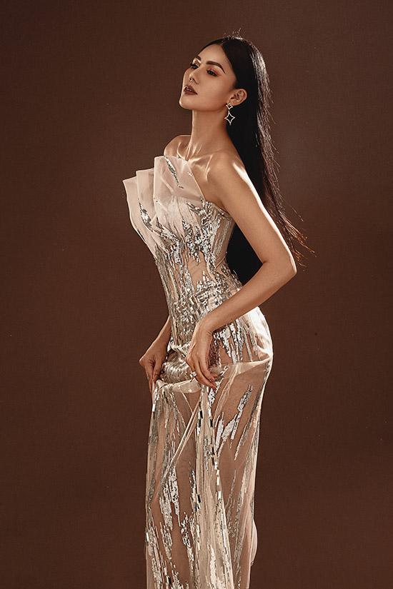 [Caption]Kim Nguyên sinh năm 1991, từng đoạt giải đồng Ngôi sao Người mẫu Việt Nam 2013 và danh hiệu Á hậu Biển xanh Toàn cầu tổ chức ở Mỹ năm 2015. Cô rất hào hứng khi được mời dự thi Hoa hậu châu Á 2018.