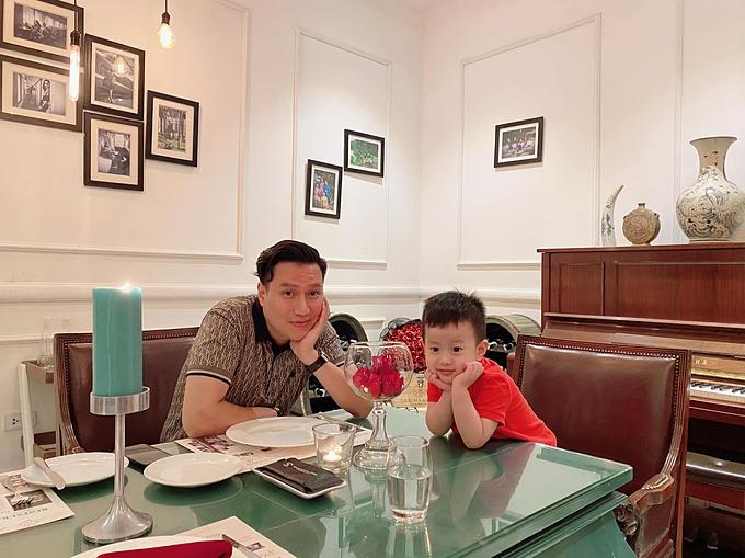 Diễn viên Việt Anh và con trai.