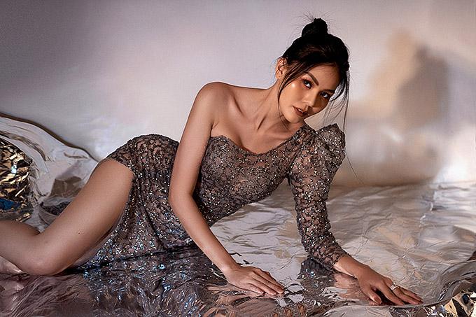 Á hậu Kim Nguyên khoe đường cong với váy xuyên thấu - 4