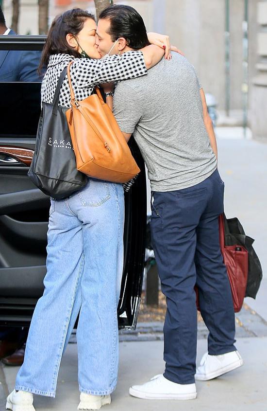 Katie Holmes và bạn trai trao nhau nụ hôn say đắm bên đường phố New York hôm thứ sáu.