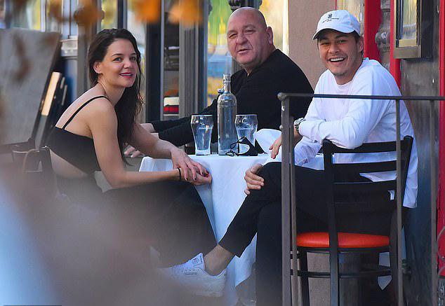 Katie Holmes cũng được lòng gia đình bạn trai. Cô thường xuyên tới nhà hàng của Emilio và trò chuyện với bố của anh (trong ảnh).