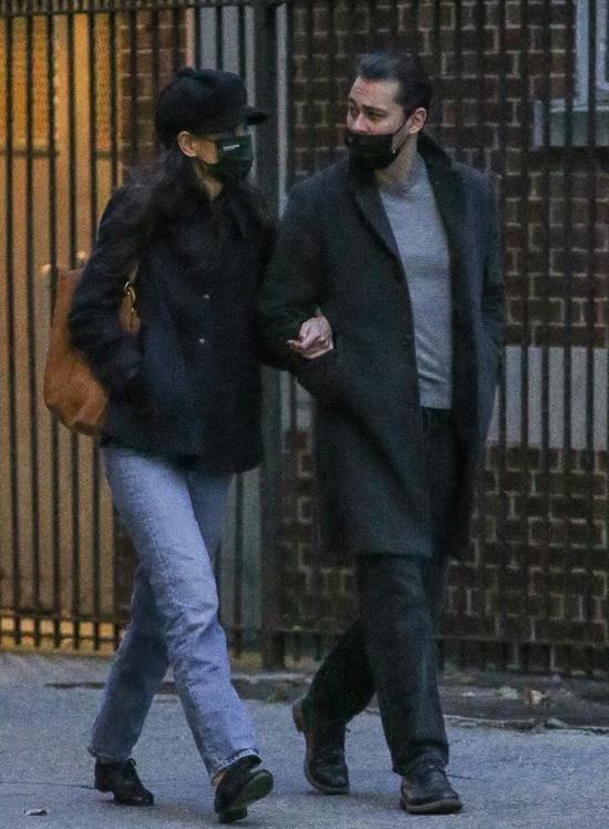 Katie Holmes và Emilio bên nhau một ngày trước đó. Đây là lần đầu tiên họ tận hưởng ngày lễ cùng nhau.