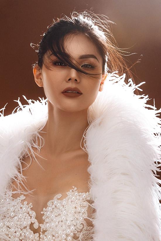 Á hậu Kim Nguyên khoe đường cong với váy xuyên thấu - 8