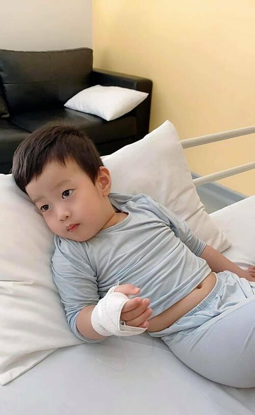 Bé Đậu sốt cao nên được Việt Anh đưa đi viện lúc nửa đêm.