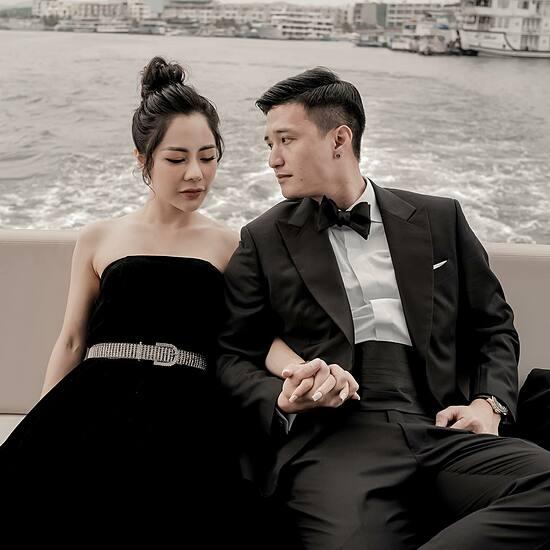 Huỳnh Anh và bạn gái hạnh phúc nắm tay nhau ngồi trên du thuyền. Mọi người đã biết nên tôi cũng không giấu nữa. Cô ấy vừa là bạn gái vừa là thư kí riêng của mình, nam diễn viên nói.