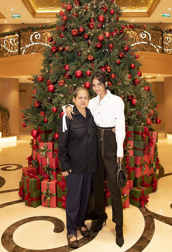 Trương Thị May được mẹ tháp tùng tới đêm hội ngộ Cảm xúc 30 năm. Đây là hoạt động hưởng ứng Tháng hành động quốc gia phòng chống HIV/AIDS và Ngày thế giới phòng chống AIDS (1/12) do Hội phòng chống HIV/AIDS TP HCM phối hợp cùng một số đơn vị tổ chức.