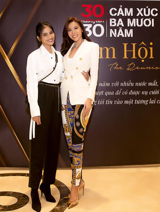 Siêu mẫu Minh Tú gây chú ý khi mặc quần hoạ tiết nổi bật dự sự kiện hôm 29/11.