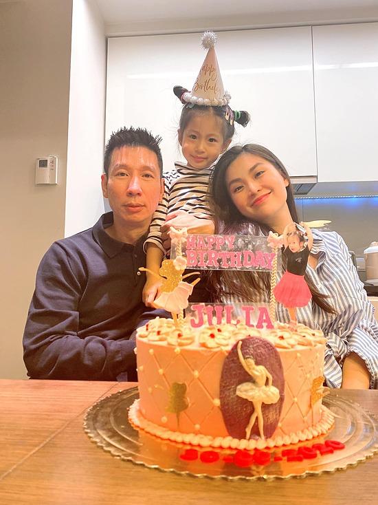 Khác với các người đẹp khác, Diễm Trang vẫn nỗ lực hoạt động nghệ thuật với vai trò MC. Vợ chồng cô cũng có một con gái tên Julia hơn 4 tuổi.