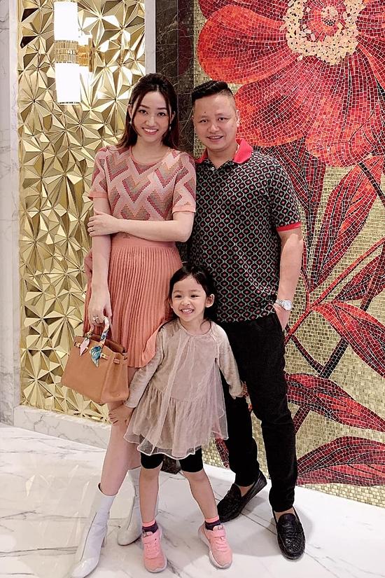 Cặp đôi đã có một con gái hơn 4 tuổi. Từ khi lấy chồng, Trà My chỉ thỉnh thoảng dự event và có cuộc sống riêng sang chảnh.