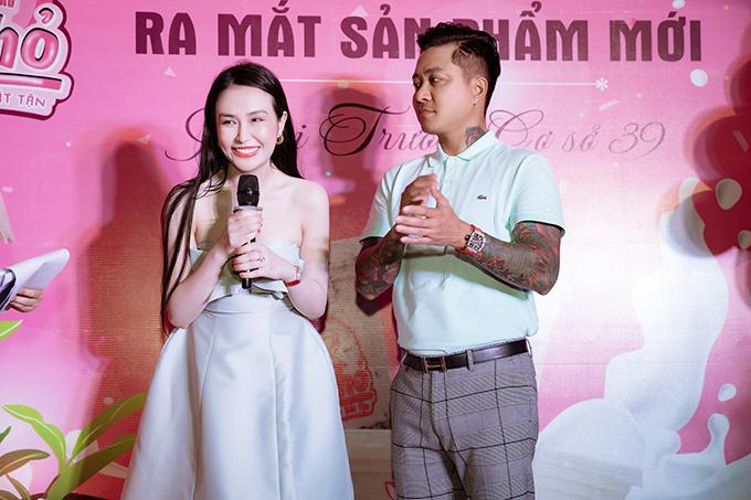 Tại sự kiện tối qua, Hương Baby giới thiệu dòng sản phẩm mới của thương hiệu sữa chua cho cô làm chủ. Tuấn Hưng luôn đồng hành với vợ trong mọi hoạt động.