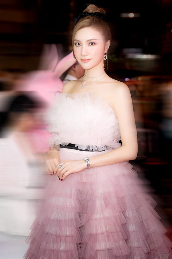 Nữ ca sĩ là bạn thân thiết từ nhỏ với Hương Baby và từng được Tuấn Hưng dìu dắt trên con đường nghệ thuật.