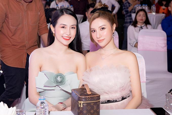 Đến chúc mừng vợ chồng Tuấn Hưng có Hạnh Sino. Đôi bạn thân đọ vẻ gợi cảm khi cùng diện thiết kế cúp ngực.