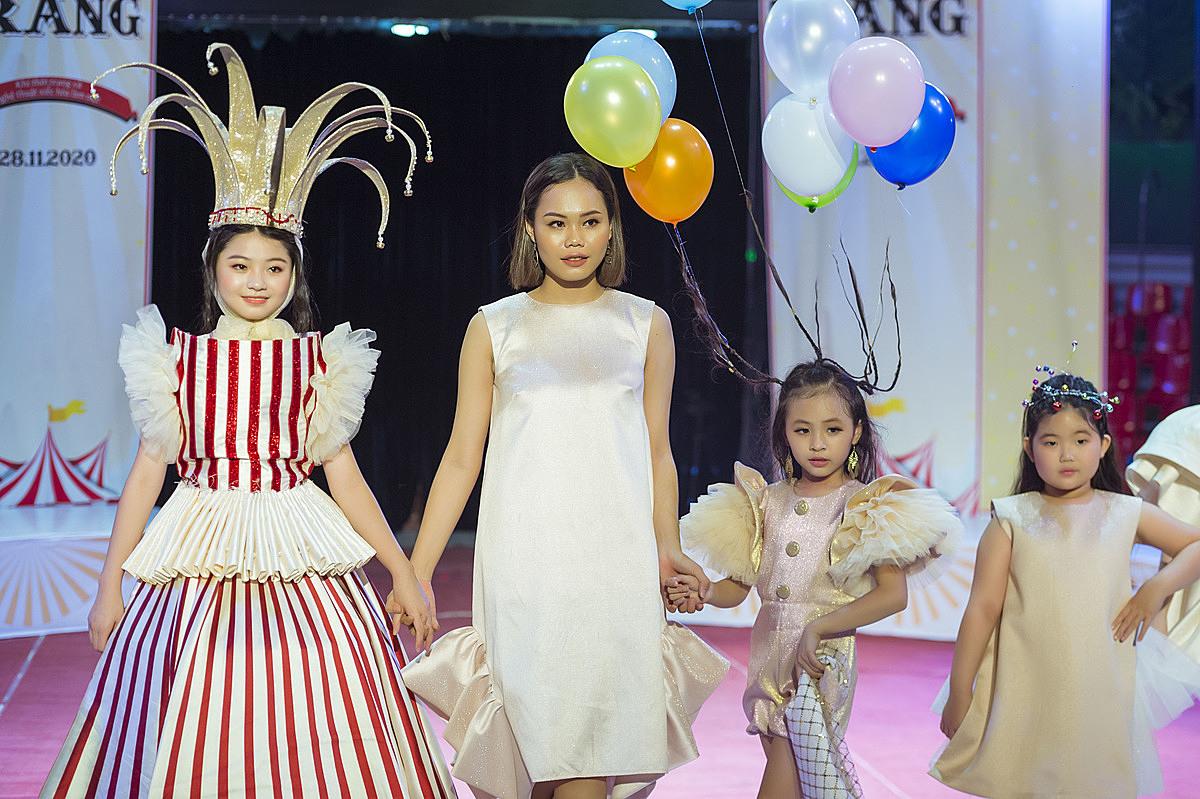 Tham gia show diễn, NTK Đỗ Quỳnh Như (thứ hai bên trái) mở màn với bộ sưu tập Circus Lights mang đậm phong cách rạp xiếc. Mẫu nhí Võ Ngọc Trâm Anh (thứ hai bên phải) gây ấn tượng với kiểu tóc bóng bóng bay nhiều màu sắc.