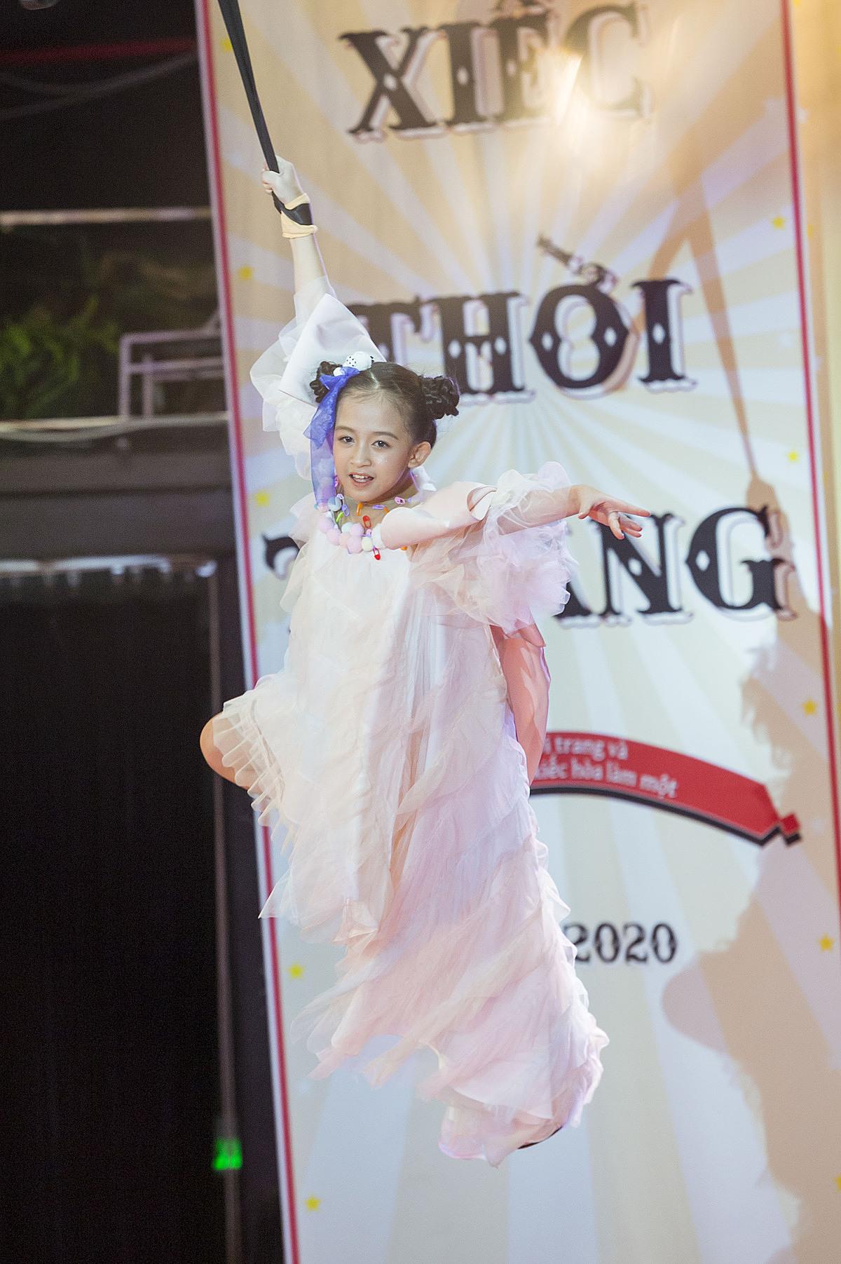 Cô bé Phạm Ngọc Khánh xuất sắc với màn đu dây trên cao bằng một tay như một diễn viên xiếc chuyên nghiệp.