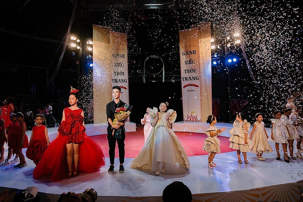 NTK Khiêm Nguyễn là người kết màn show diễn với bộ sưu tập Giấc mơ thánh đường nói về sự đam mê và tình yêu nghề của người nghệ sĩ vì với họ sân khấu chính là thánh đường nghệ thuật. Mẫu nhí Diễm Quỳnh bước ra với một thiết kế mang phong cách nữ thần.