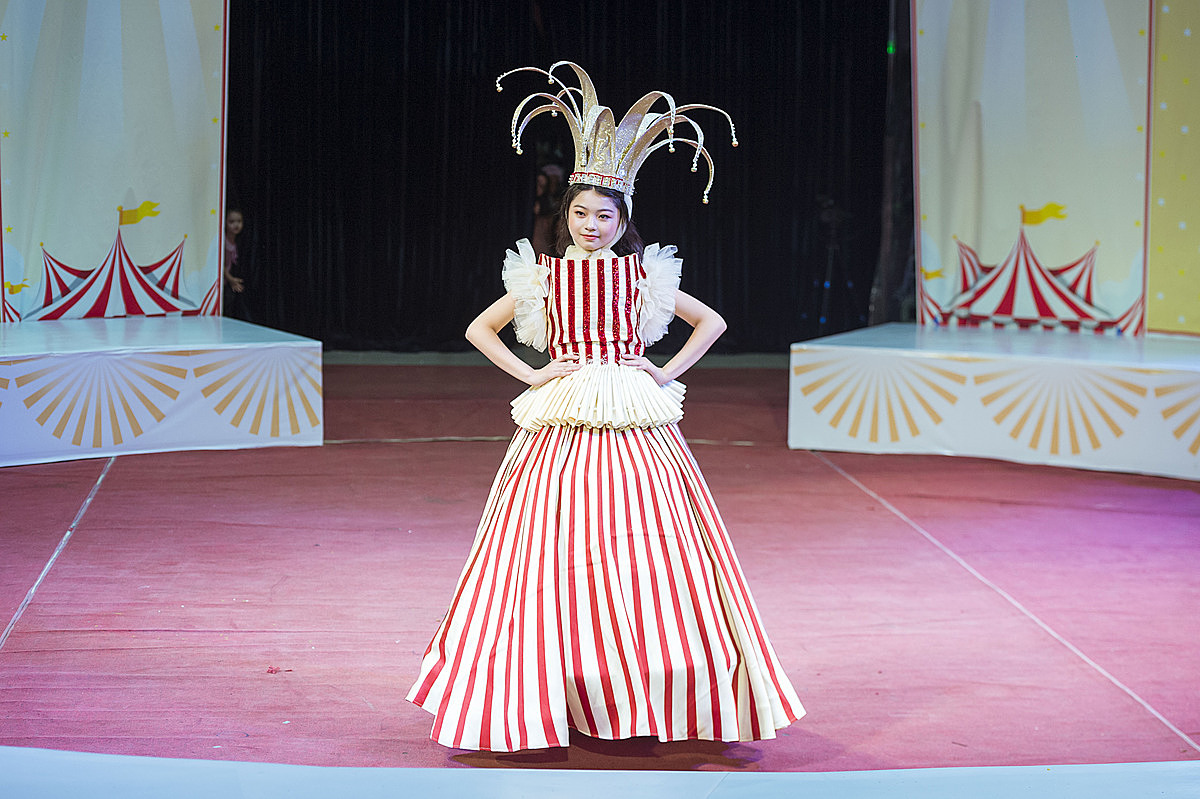 Mẫu nhí Hầu Hứa Hân Hân xuất hiện trong chiếc váy lộng lẫy, tạo bất ngờ với màn trình diễn thời trang trên xe điện cân bằng.