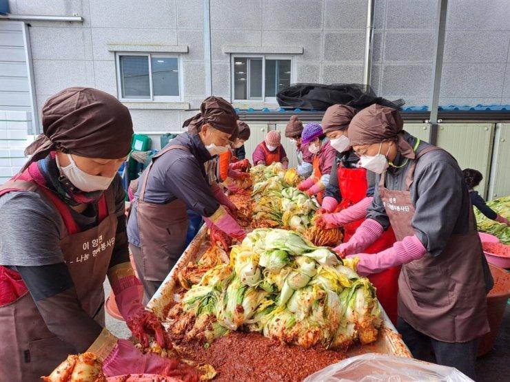 Dân làng Eyang, tỉnh Nam Jeolla (Hàn Quốc) tập trung làm kim chi cho người già neo đơn và người khuyết tật vào ngày 27/11. Ảnh: Hwasun County Office.