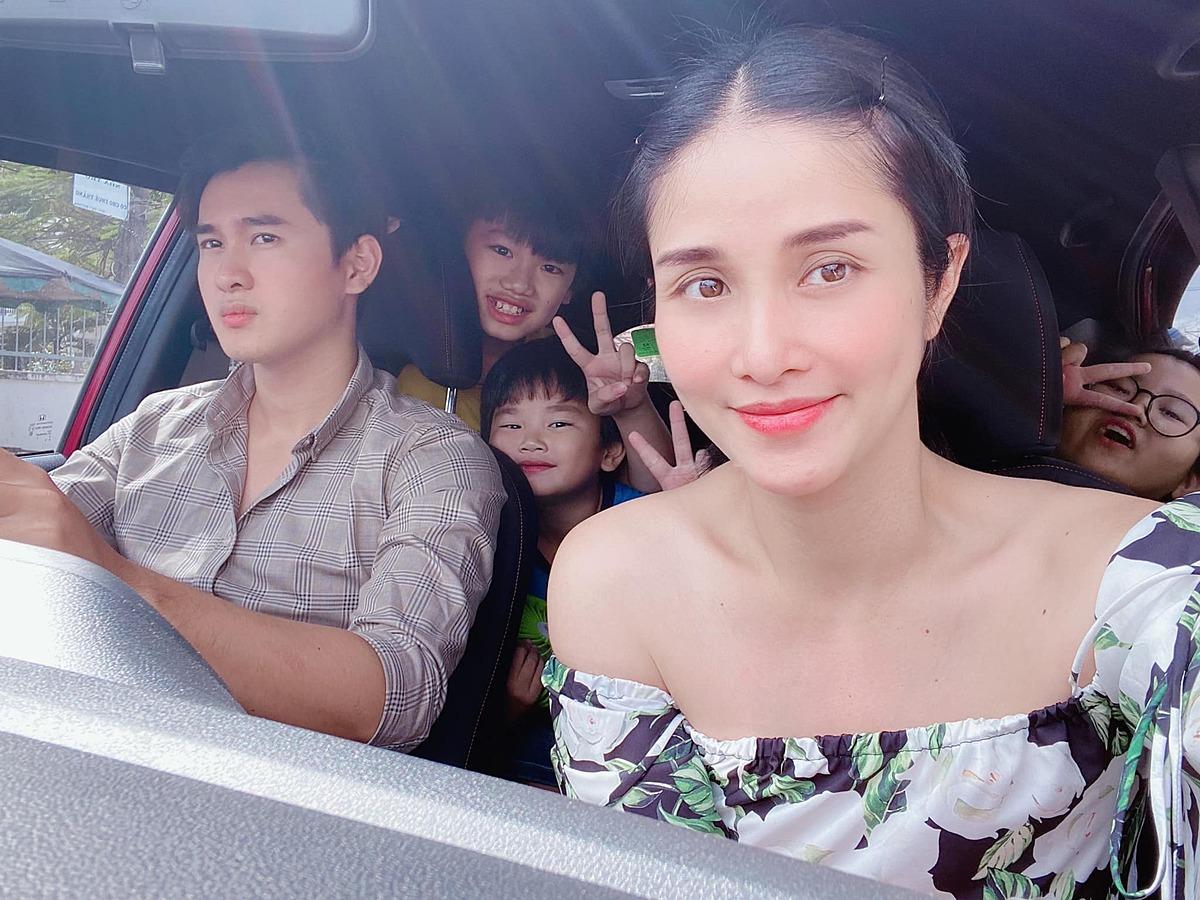 Quang Pháp thường lái xe đưa con bà xã, con gái riêng của vợ - bé Cherry (phải) và các cháu đi chơi. Thấy chồng trẻ quan tâm, chăm lo cho con gái riêng cũng khiến Thảo Trang càng thêm hạnh phúc.