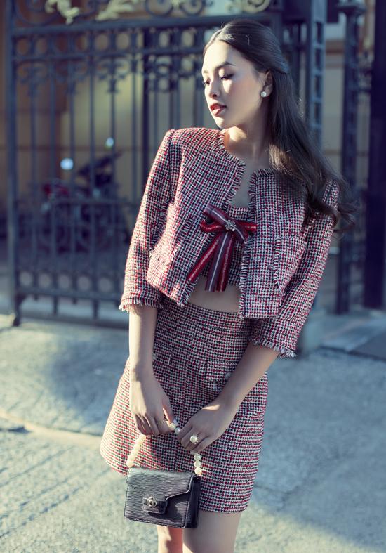 Tiểu Vy dạo phố với thiết kế may bằng vải tweed - xu hướng hot của làng thời trang năm nay. Hoa hậu Việt Nam 2018 khoe khéo vòng eo thon và nhan sắc yêu kiều trong nắng Sài Gòn.