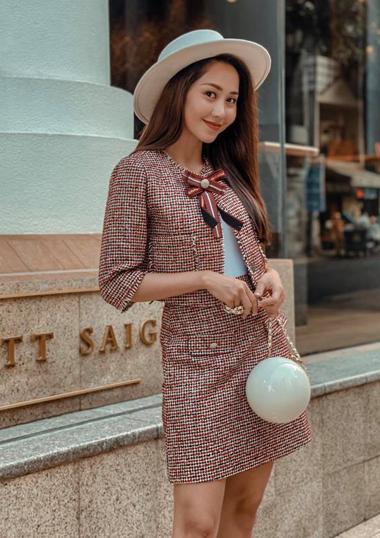 Tường Vi kết hợp bộ tweed với áo thun trắng mặc bên trong khi xuống phố.