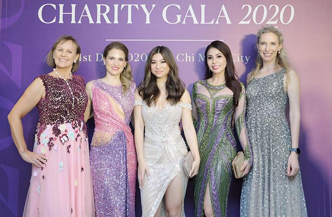 Dạ tiệc từ thiện tối 1/12 còn phu nhân các tổng lãnh sự quán tại TP HCM tham dự. Cũng như mẹ con Lý Hương, các vị khách người nước ngoài chọn mặc váy ánh kim lấp lánh của Hoàng Hải dự tiệc.