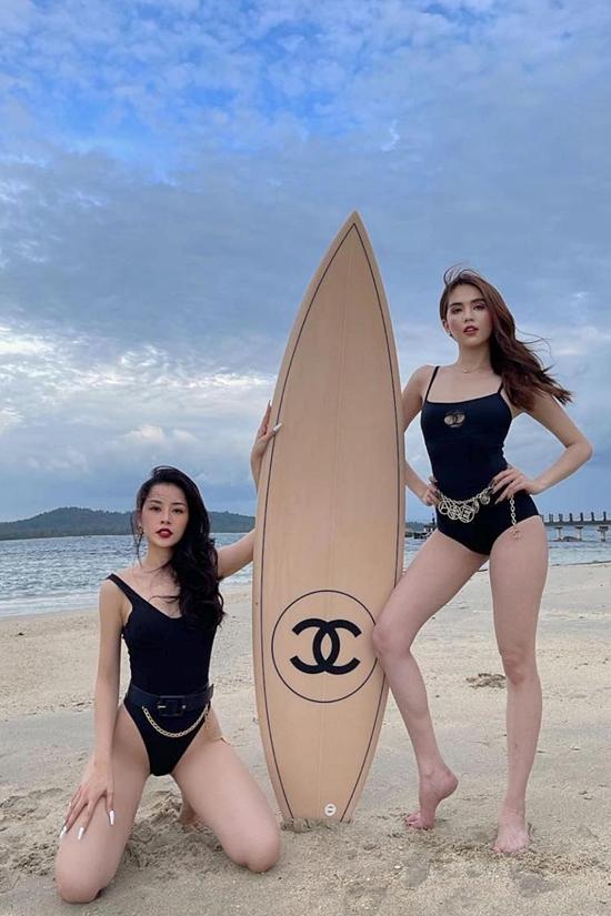 Hai người đẹp chọn trang phục của Chanel.