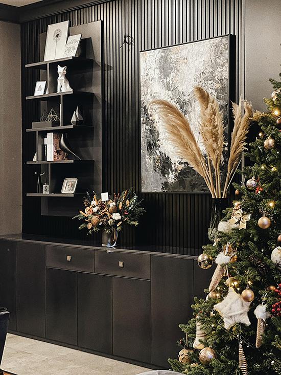 Mới đầu tháng 12 nhưng biệt thự của vợ chồng Tú Anh đã tràn ngập không khí Giáng sinh. Á hậu tự mua đồ về trang trí, chăng đèn để cây thông thêm lung linh, huyền ảo.