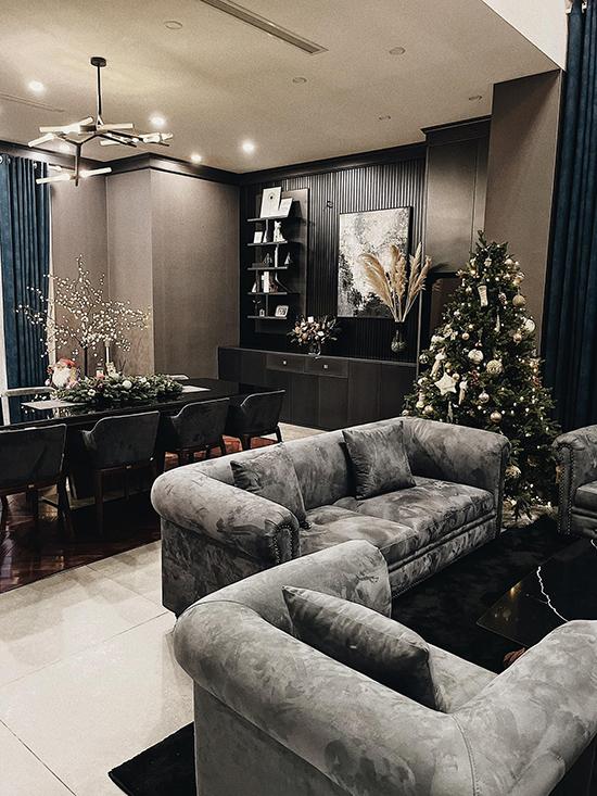 Vào dịp này hàng năm, cô đều sửa sang nhà cửa, tạo diện mạo mới cho không gian sống. Năm nay, cô trang trí nội thất với tông màu đen, xám để làm nổi bật sự sang trọng và hiện đại.