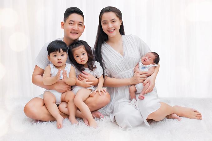 Gia đình đông con của Thành Đạt và Hải Băng.